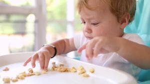 کودک از چه سنی خودش غذا بخورد