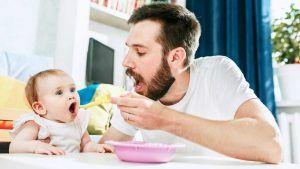 کودک از چه سنی خودش غذا بخورد؟